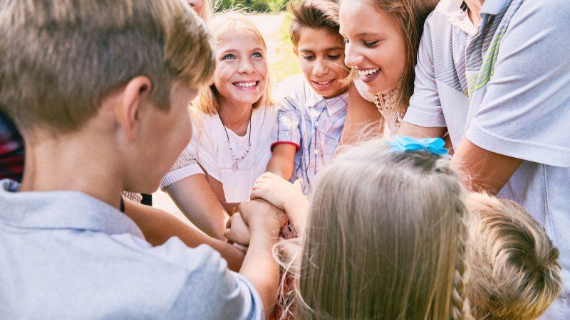 glückliche Jugendliche im Kreis, z.B. im Rahmen einer Klassenfahrt