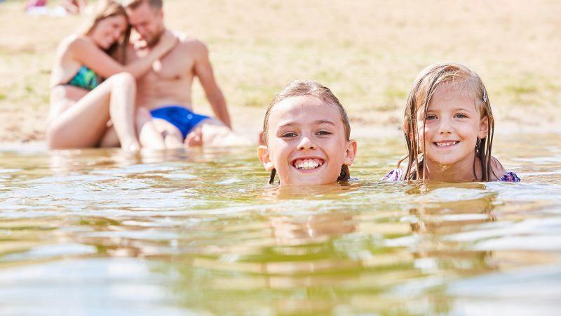 Kinder schwimmen im Arendsee – Bild zeigt einen Familienurlaub im Sommer