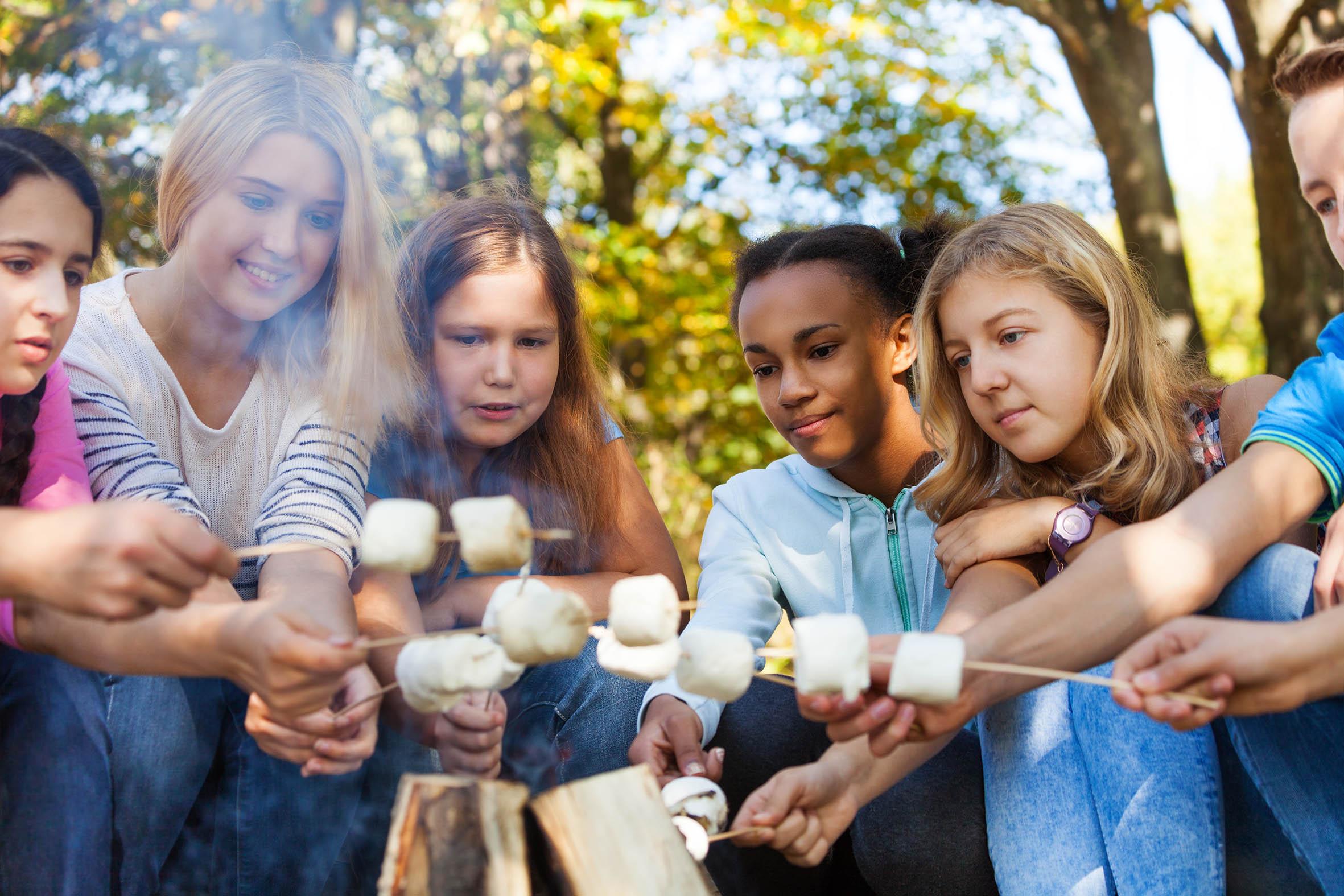 Jugendliche einer Klassenfahrt am Lagerfeuer im Integrationsdorf Arendsee